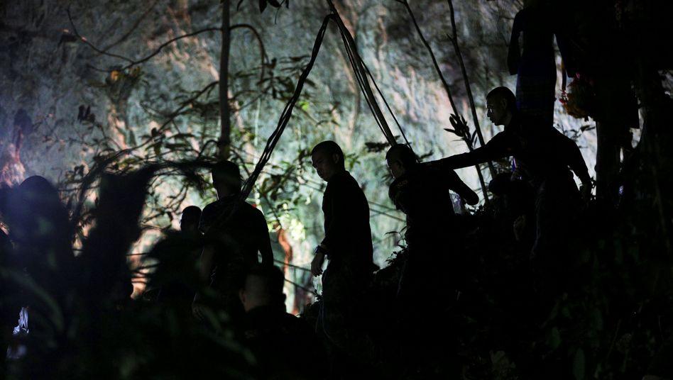 Retter vor der Tham-Luang-Höhle (Archivbild)