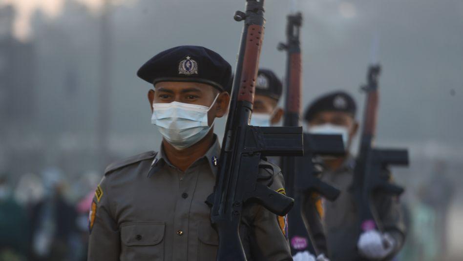 Militärangehörige bei einer Parade in der Stadt Sittwe am Freitag