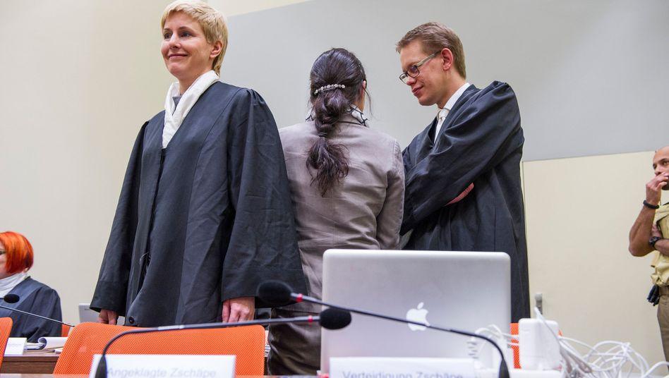 Angeklagte Zschäpe mit Anwälten: Geduldsprobe vor Gericht
