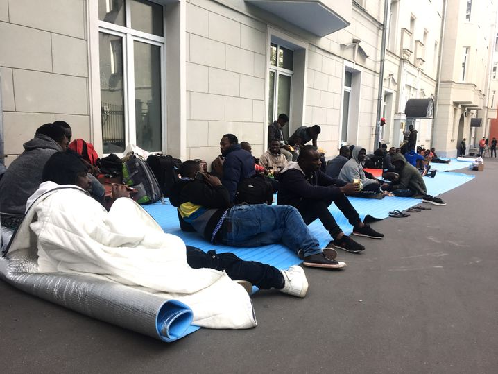 Nigerianer vor der Botschaft in Moskau