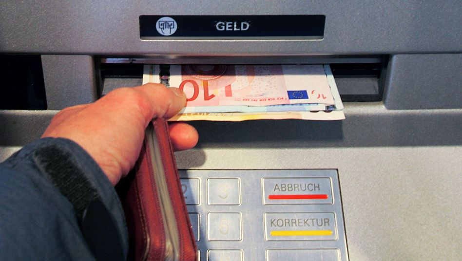 Bankautomat in Berlin (Archivbild): Kaum Zinsen für das Spargeld