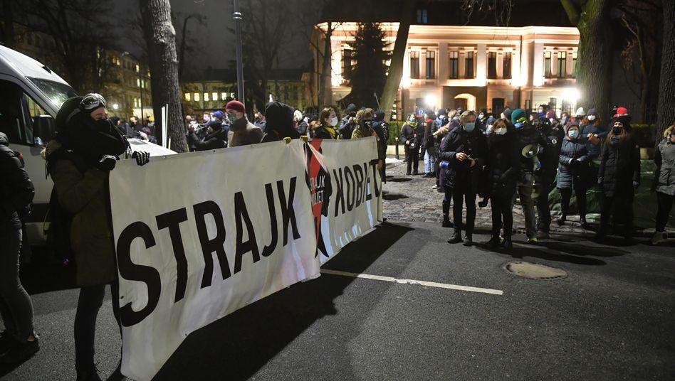Menschen demonstrieren gegen die Verschärfung des Abtreibungsgesetzes vor dem Sitz des Verfassungsgerichts in Warschau am Mittwochabend