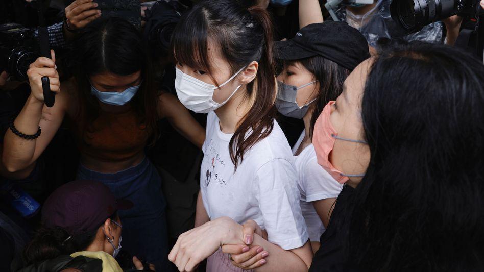 Demokratie-Aktivistin Agnes Chow wird aus dem Gefängnis gebracht