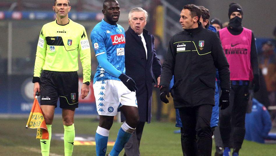 Kalidou Koulibaly (2.v.l.) wurde erst rassistisch beleidigt und später des Feldes verwiesen, Trainer Carlo Ancelotti (Mitte) war außer sich