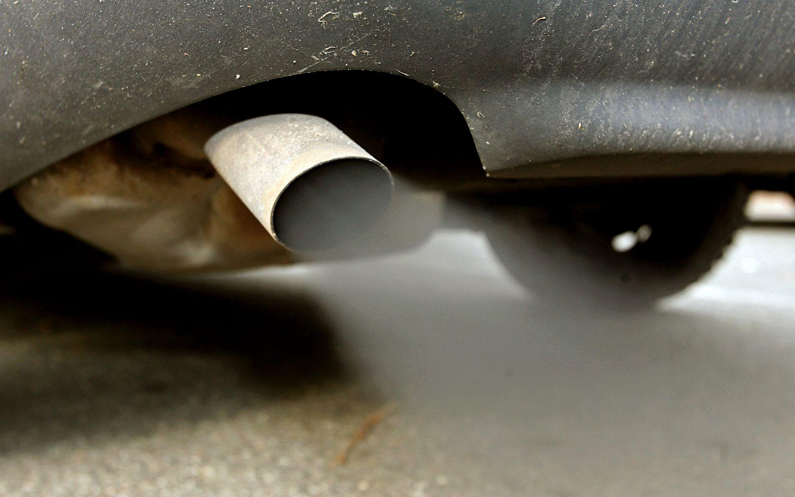 Autoabgase mit schwarzem Rauch