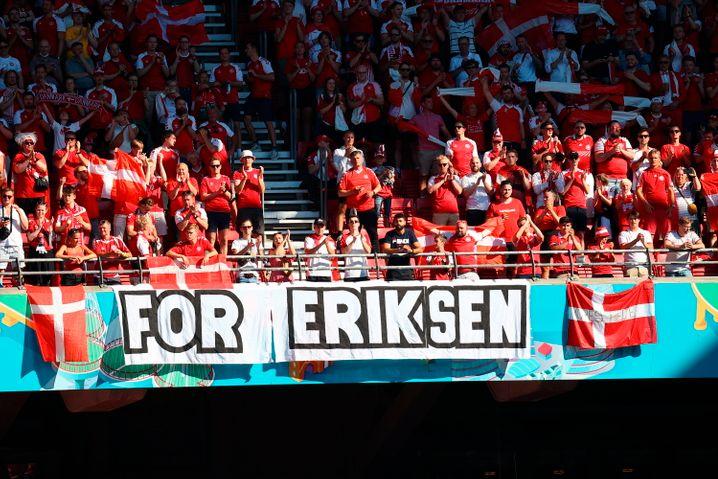 Für Eriksen: Die Dänen widmeten ihren couragierten Auftritt ihrem Spielmacher