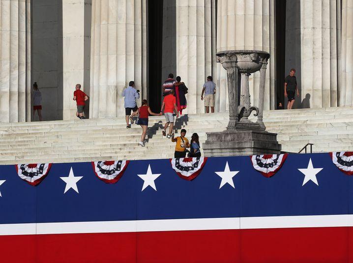 Rot, weiß und blau: Vorbereitungen für Trumps Rede am Lincoln Memorial