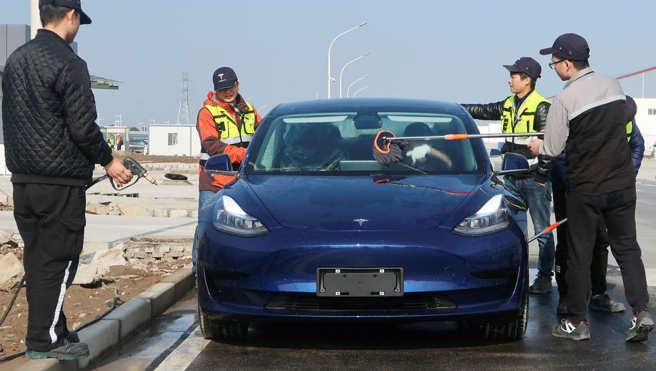 Tesla-Mitarbeiter in Shanghai waschen ein Model 3