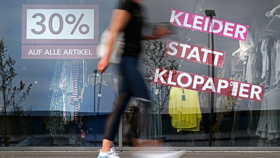 Viele Lockangebote: Schaufenster eines Modegeschäfts in Friedrichshafen