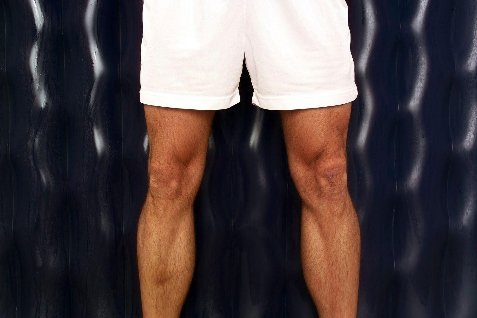 EINMALIGE VERWENDUNG Männerbeine