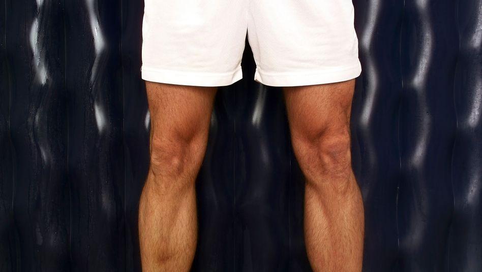 Mann in weißer Shorts