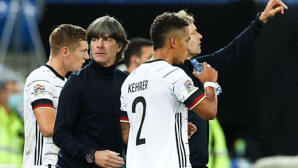 Bundestrainer Löw mit Thilo Kehrer im Spiel gegen die Schweiz