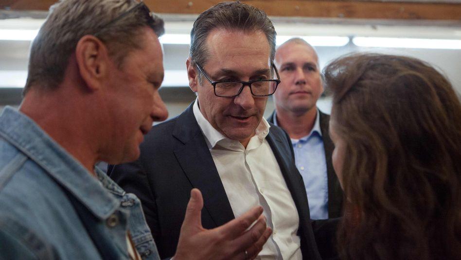 Heinz-Christian Strache im Gespräch mit Anhängern