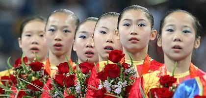 """Chinesische Turnerinnen Cheng Fei, Deng Linlin, He Kexin, Jiang Yuyuan, Li Shanshan und Yang Yilin (nach Gewinn der Goldmedaille): """"Ich bin 16"""""""