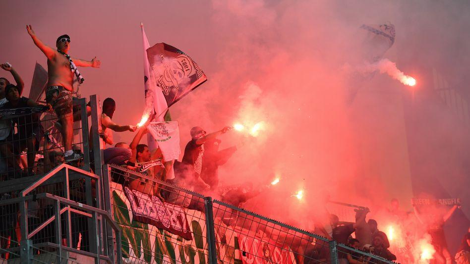Feuerwerkskörper wie hier zuletzt beim Europa-League-Spiel in Mainz