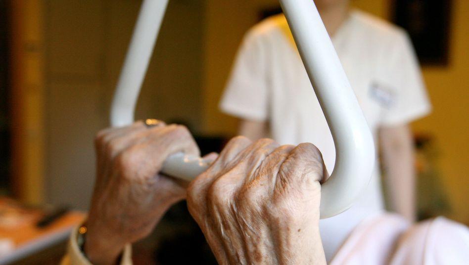 Teure Hilfe: Pflegehausbewohnerin in einem Seniorenzentrum in Hamburg und eine Pflegekraft