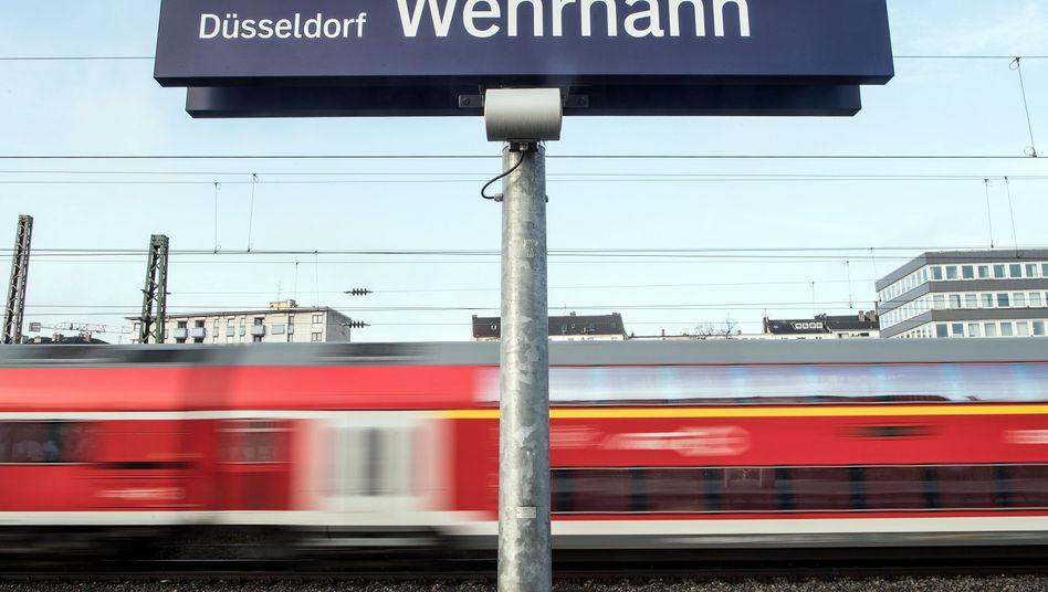 Ein Zug fährt durch den S-Bahnhof Wehrhahn