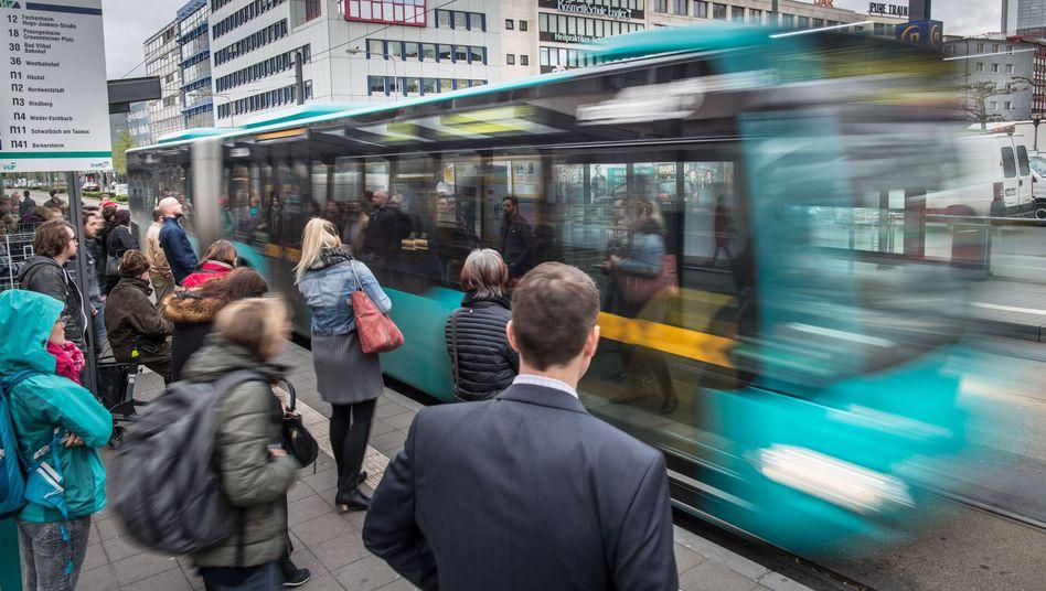Was soll der Nahverkehr kosten? Fahrgäste in Frankfurt am Main