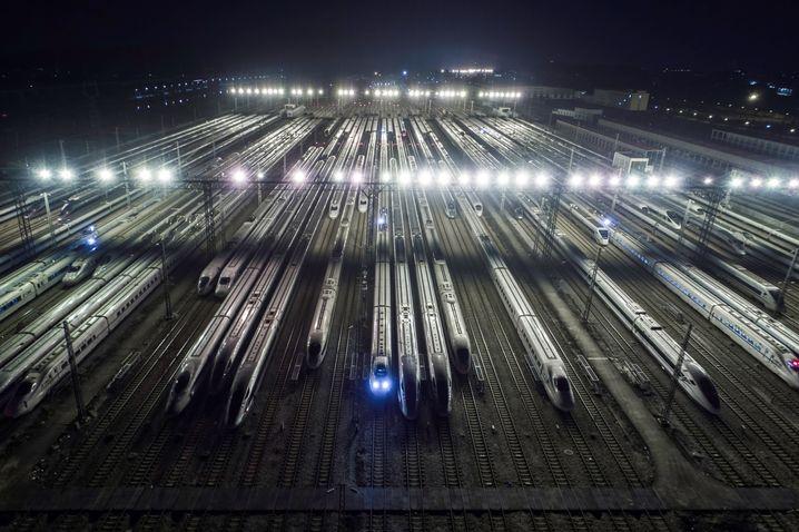 Hochgeschwindigkeitszüge in der chinesischen Hafenstadt Guangzhou