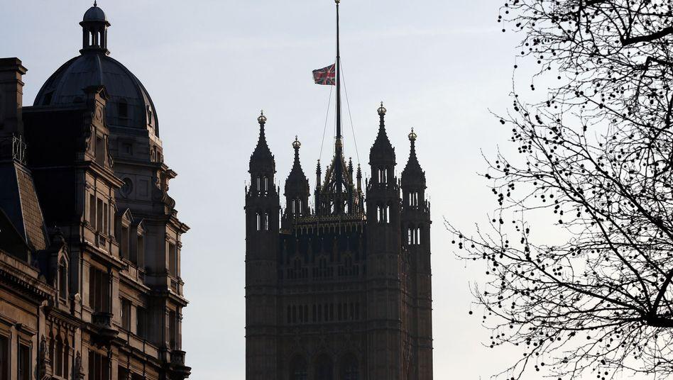 Fahne auf halbmast am Parlamentsgebäude in London: Signal missfällt vielen