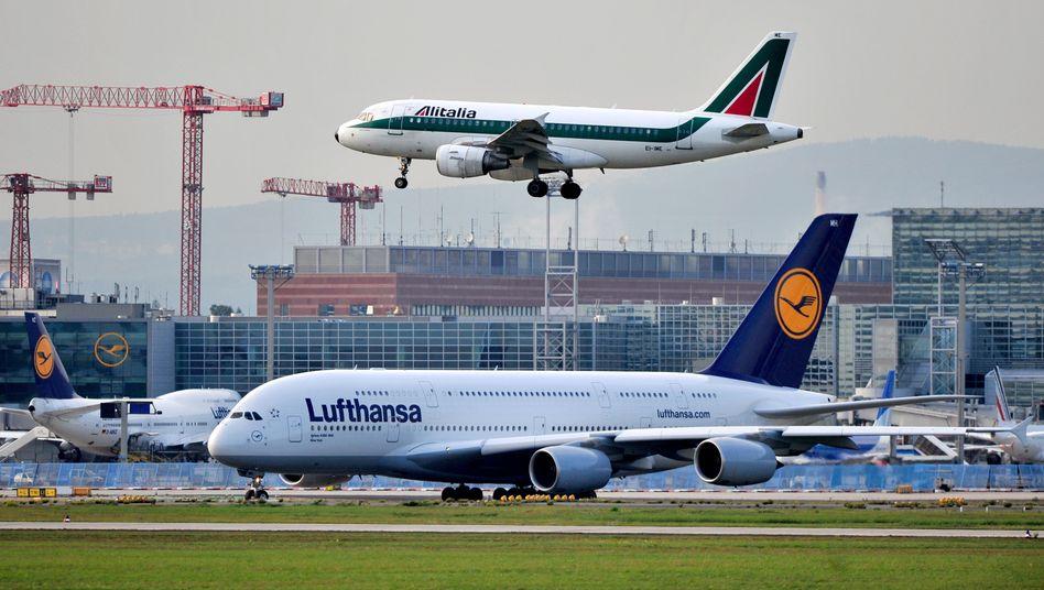 Flugzeuge von Lufthansa und Alitalia am Frankfurter Flughafen