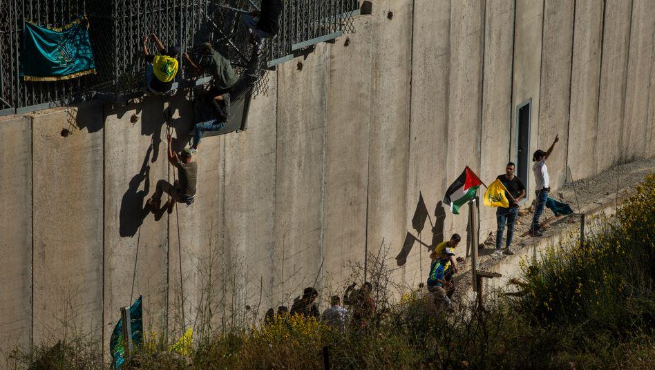 Demonstranten an der libanesisch-israelischen Grenze