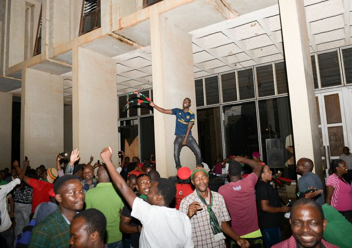 Party in Lilongwe: Bürger in der malawischen Hauptstadt feiern den Richterspruch, der laut BBC vom Staatsfernsehen des Landes zunächst ignoriert wurde
