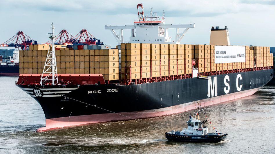 """Die """"MSC Zoe"""" beim Einlaufen in den Hamburger Hafen im Sommer 2015. Zu diesem Zeitpunkt galt das Schiff als größter Containerfrachter der Welt. Den Titel hat der Frachter allerdings schnell wieder verloren - weil immer riesigere Schiffe gebaut werden."""