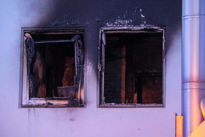 Fenster wurden durch den Druck der Explosion auf die Straße geschleudert