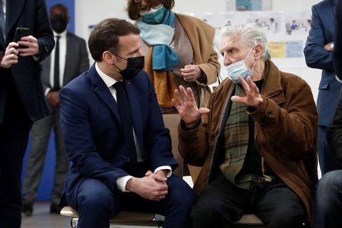 Frankreichs Präsident Macron besucht ein Impfzentrum