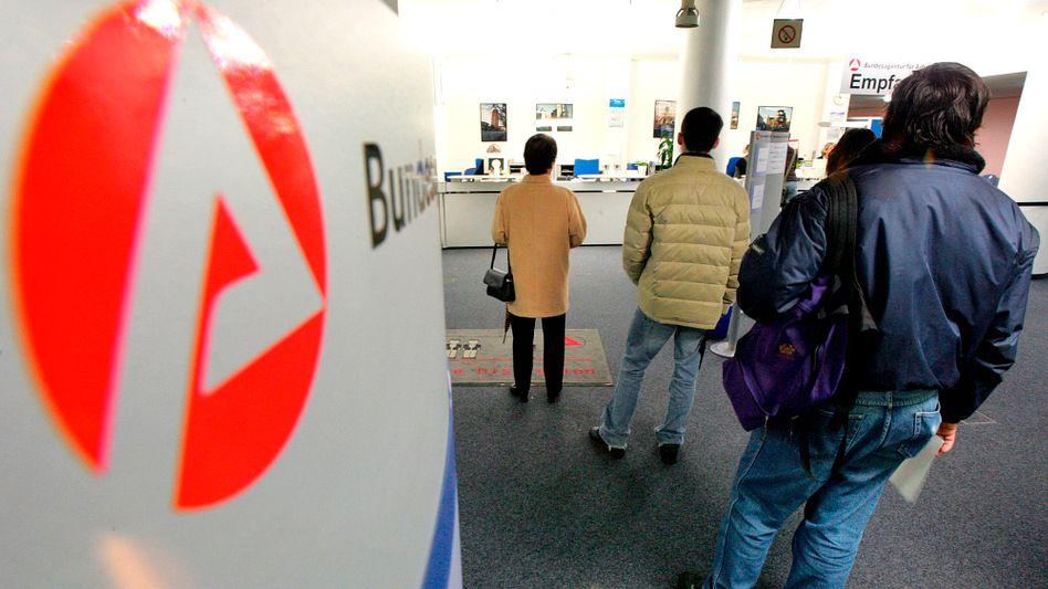 Schlange in Frankfurter Jobcenter: Wartezeiten von bis zu sechs Monaten