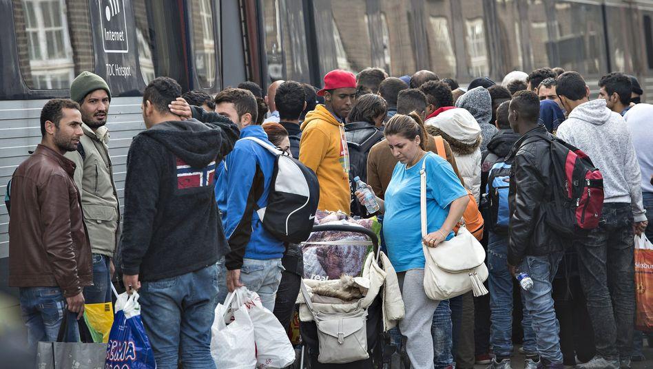Migranten in Dänemark an einem Zug nach Schweden (Archivfoto): Keine Unterkunftsgarantie