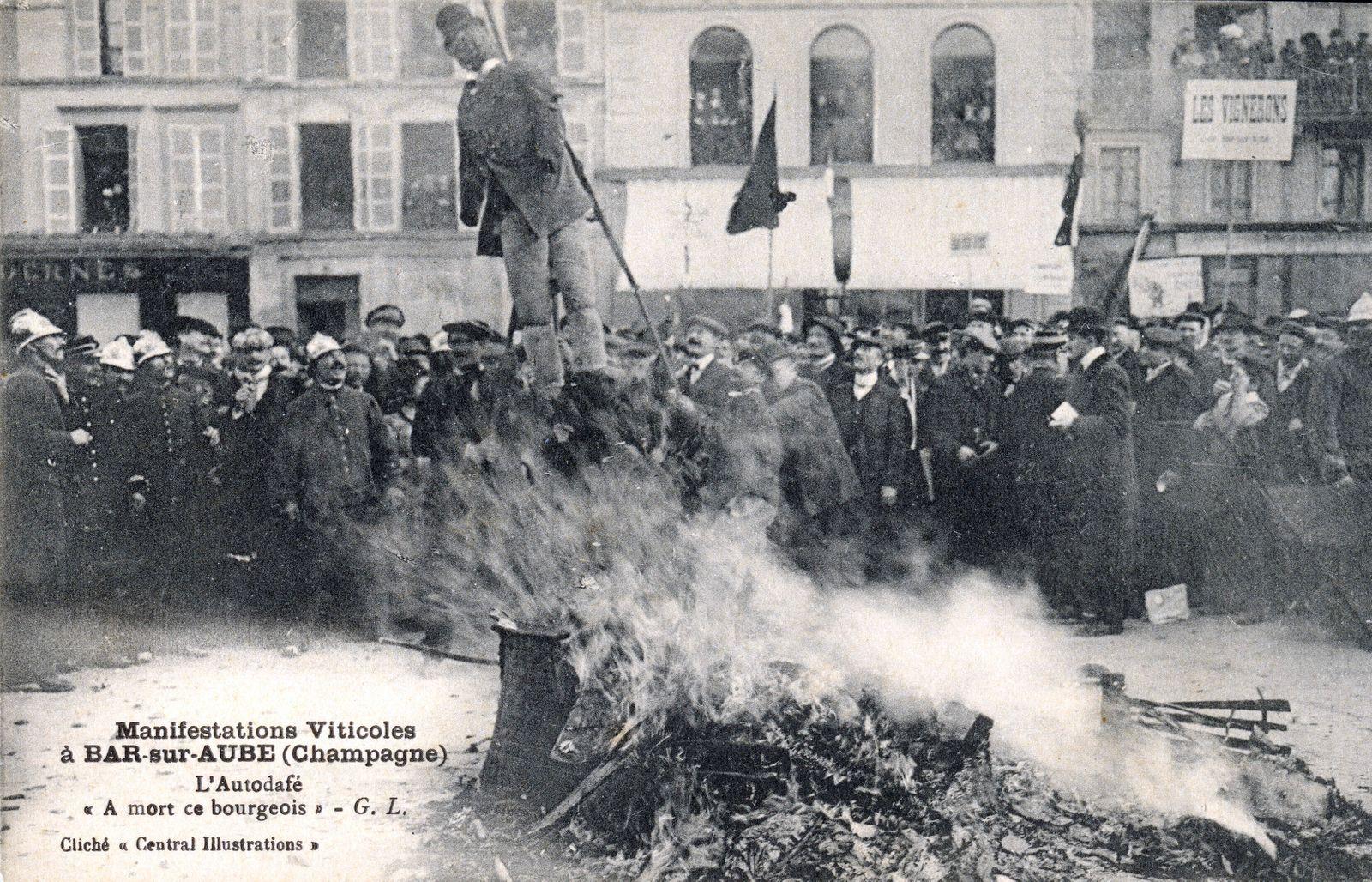 CRISE VITICOLE 1911 Manifestations viticoles a Bar sur Aube (Champagne). L autodafe A mort ce bourgeois . Manifestations