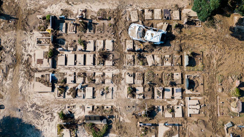 Autowrack auf einem Friedhof in Ahrweiler: In dem rheinland-pfälzischen Landkreis kamen Dutzende Menschen um