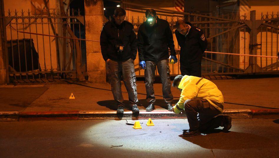 Israelische Polizisten untersuchen den Ort des Anschlags auf Soldaten in Jerusalem