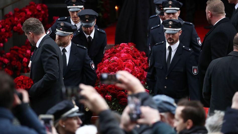 Fedders Sarg wird nach der Trauerfeier aus dem Michel getragen