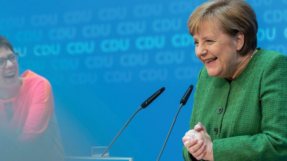 CDU-Politikerinnen Kramp-Karrenbauer, Merkel »Ich wäre gar nicht auf die Idee gekommen«