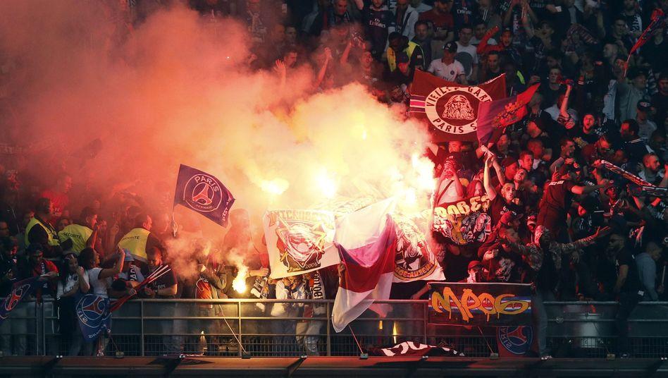 """Randalierende Fans beim französischen Pokalfinale im """"Stade de France"""""""