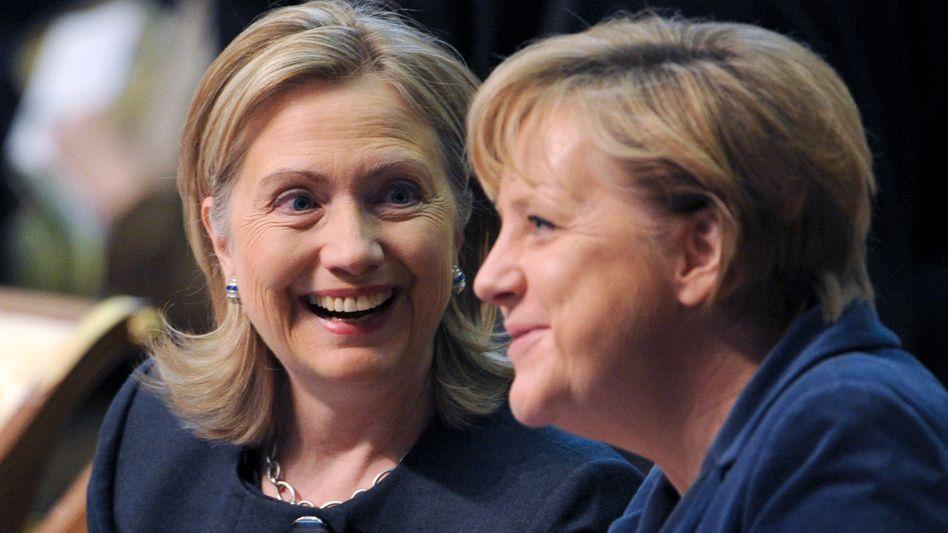 """Hillary Rodham Clinton (l.) überMerkel (Dezember 2010): Sie """"trug Europa auf ihren Schultern"""""""
