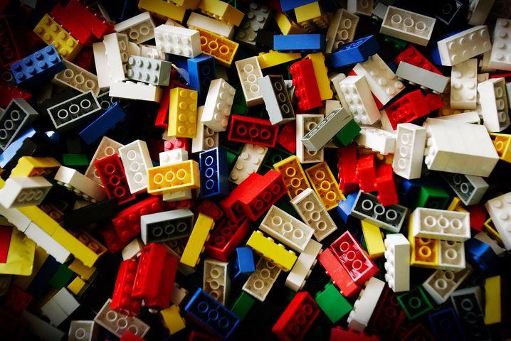 Über 760 Milliarden – so viele Legosteine sind bisher hergestellt worden. Das bedeutet: Würde man diese Steine gleichmäßig auf alle Erdbewohner aufteilen, würde jeder Mensch auf der Welt fast 100 Legosteine besitzen.