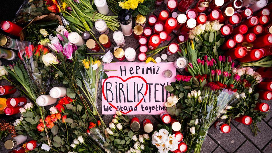 Niedergelegte Blumen am Tatort in Hanau