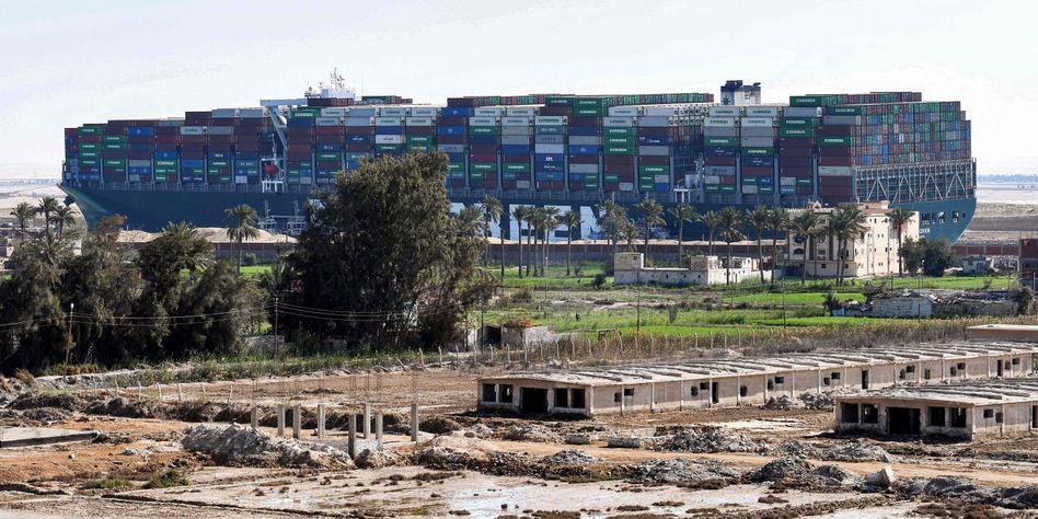 Containerschiff »Ever Given« im Suezkanal (am 9. März): Experten schätzen den Schaden auf sechs bis zehn Milliarden Dollar