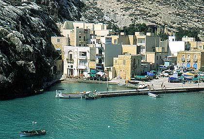 Xlendi: Fischerhäuser und Boote drängen sich in der engen Felsbucht