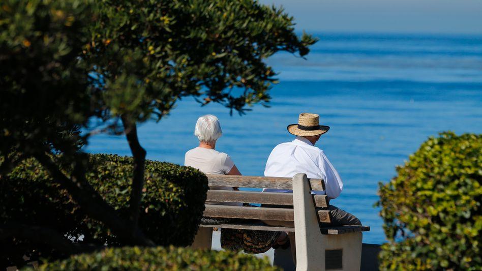 Rentner auf einer Bank (Archiv): Manchmal mehr als 20.000 Euro Förderung