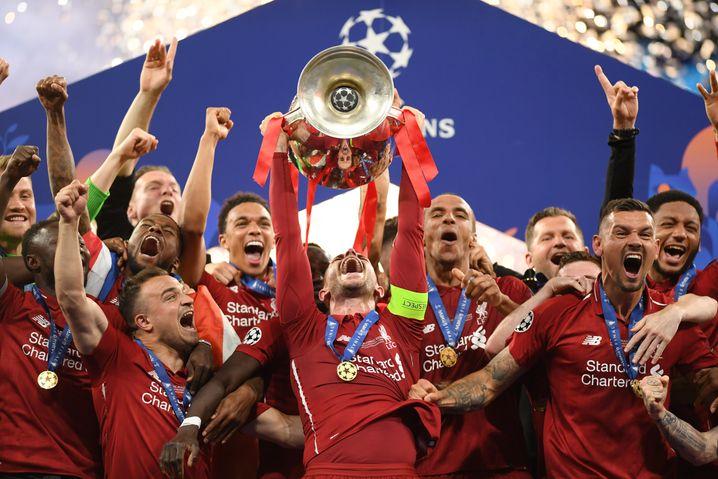 Sieg in der Champions League 2019: Henderson nimmt die Trophäe in Empfang