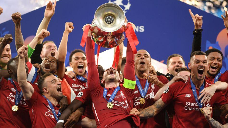 Liverpools Jordan Henderson mit dem Pokal der Pokale. Liverpool gewann die Champions League im vergangenen Jahr
