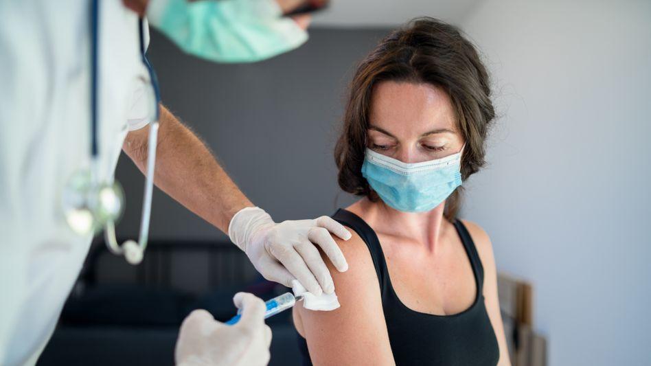 Jüngere Frau beim Impfen: Geschwindigkeit oder Reihenfolge?