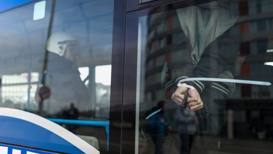 Festgenommener bei Anti-AfD-Demonstration in Stuttgart (Archivbild von 2016)