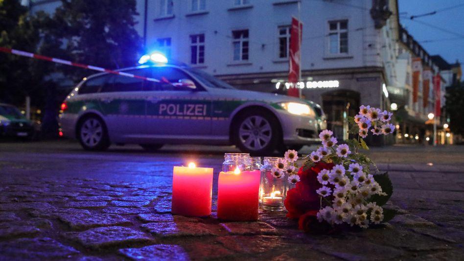 Blumen und Kerzen am Tatort: Würzburg in Trauer