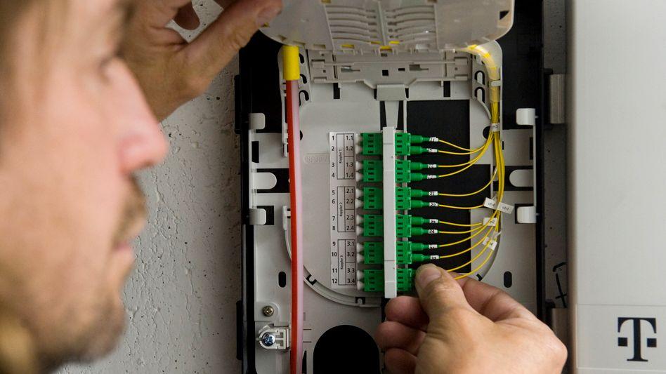 Telekom-Techniker bei Glasfaser-Installation: Schnelles Fernsehen, langsames YouTube?